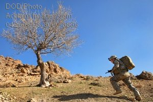 Free Public Domain Picture: US Army Soldier Running Up a Hill